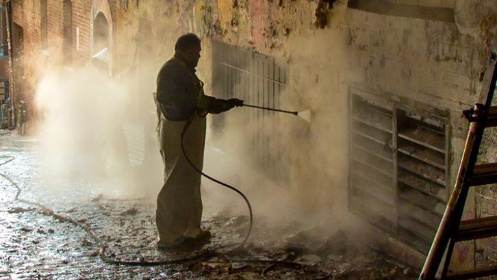 Jamur membuat ruangan menjadi beraroma tak sedap dan aroma lembap yang ditimbulkannya membuat Anda tak dapat bernapas dengan leluasa.