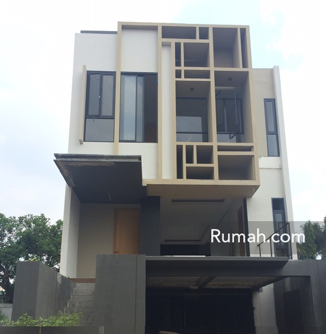 Tampilan fasad rumah 3 lantai Kadhaton Residence.