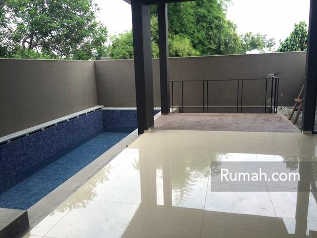 Tampilan bagian di lantai satu yang memiliki kolam renang dengan kedalaman 1,25 meter.