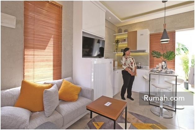Show unit interior ruang keluarga yang menyatu dengan kitchen set dan ruang makan. Perabot yang ditampilkan hanyalah sebagai ilustrasi tidak termasuk dalam pembelian.