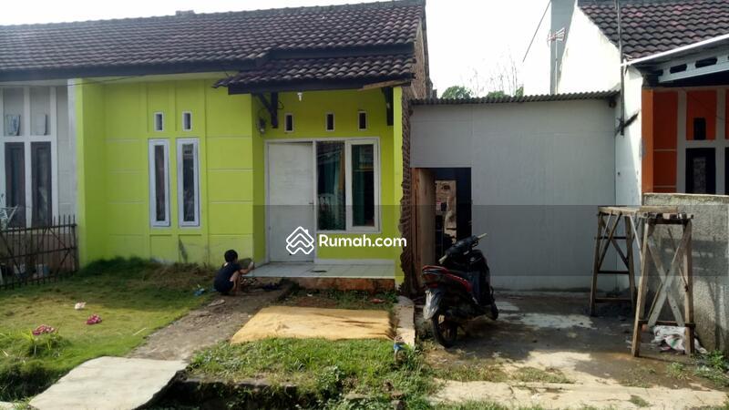 Tampak depan rumah yang cat warna kuning