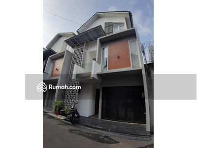 Disewa - For rent rumah minimalis modern bangunan 3 lantai area kemang cipete