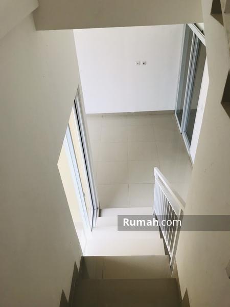 Rumah design penuh kaca dengan halaman belakang luas bsd serpong #98714117