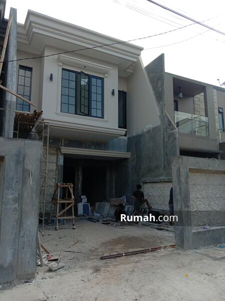 Rumah Baru Dekat ke Jalan Utama #104605805