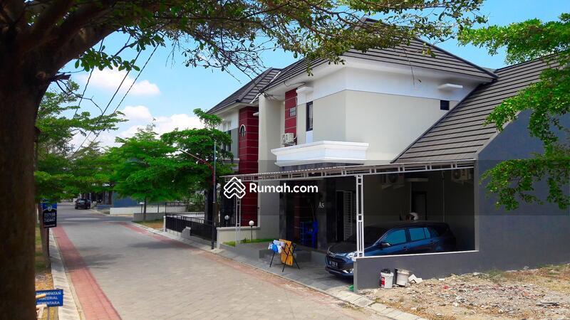 Rumah Modern Dua Lantai di Solo Baru #95406397
