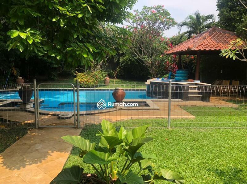 Disewakan rumah di Kemang dengan taman yang luas ,tenang dan bebas banjir #107357761