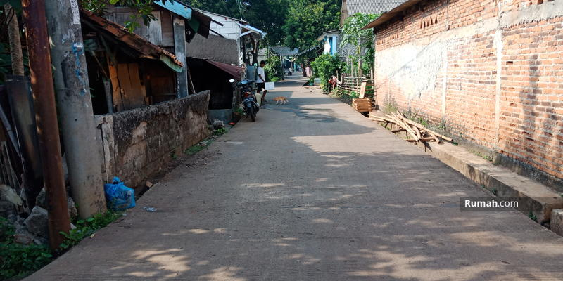 Akses jalan samping kanan