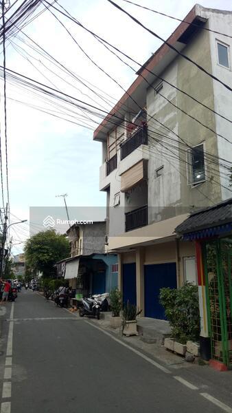Rumah 3 Lantai Berlokasi Strategis & Dipinggir Jalan #100414021