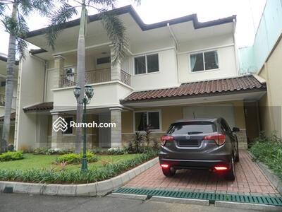Disewa - Nice Corner House of Big Compound Located in Pejaten Area
