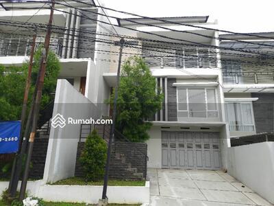 Dijual - Rumah 3 lantai split level dkt borma setiabudi