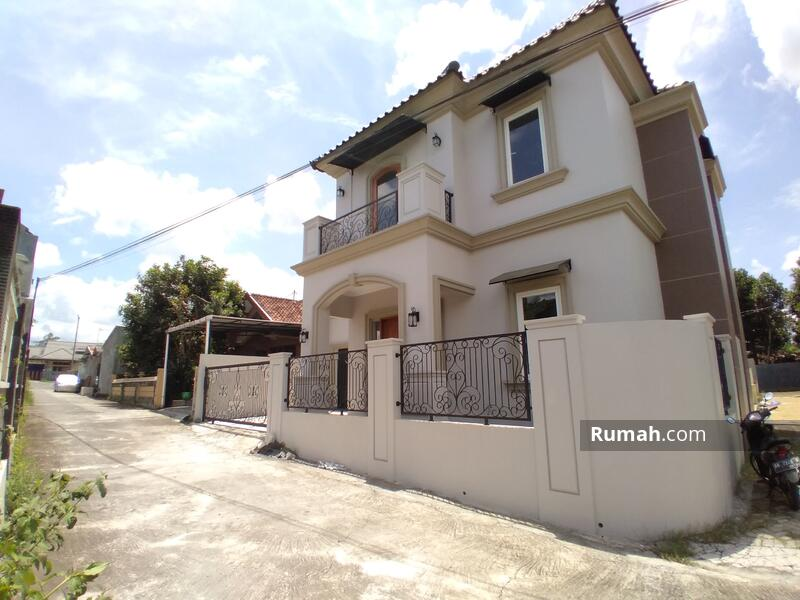 Rumah mewah mediterania dekat tajem Wedomartani #104400805