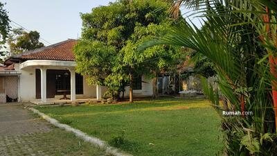 Dijual - Rumah Dengan Halaman Luas  Di Cimanggu